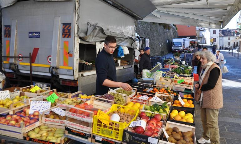 The Friday market in Murazzano
