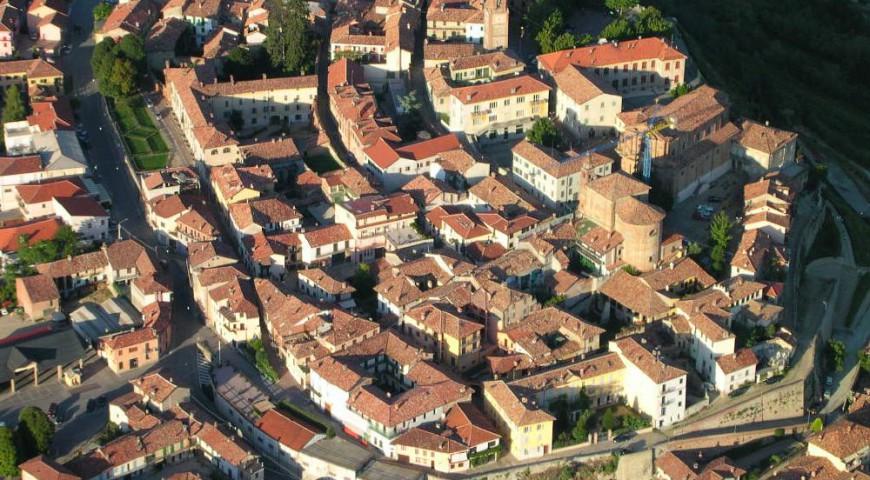 Vista aerea del centro storico di La Morra