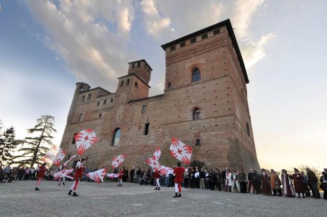 Il castello di Grinzane Cavour con gli sbandieratori