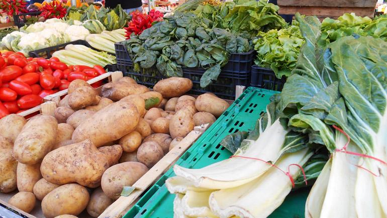 Banchi di frutta e verdura