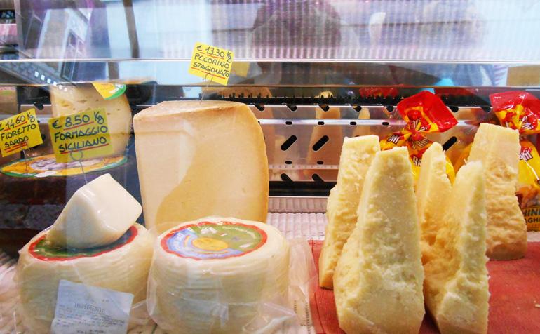 I banchi di formaggio sono presenti in Via Roma