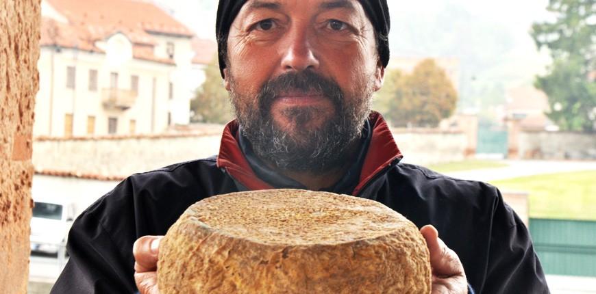 Numerosi sono i banchi dei formaggi tipici delle Langhe