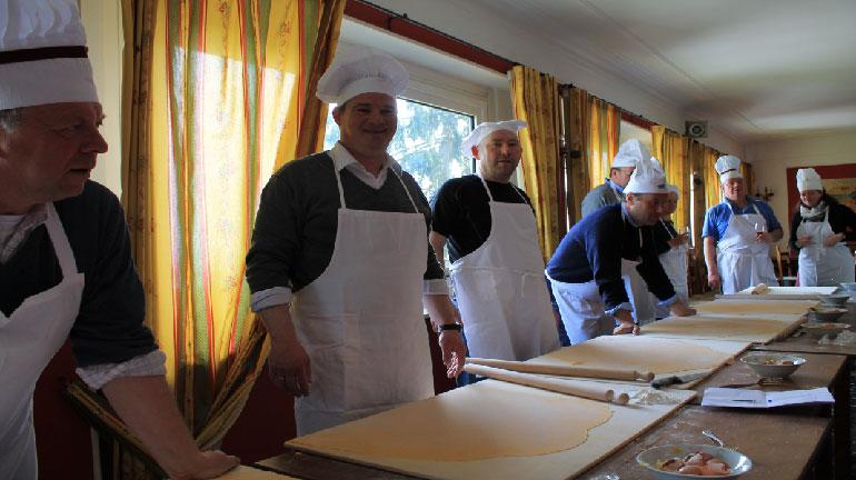 """Alcuni turisti alle prese con uno dei corsi di cucina organizzati da """"The italian way"""""""