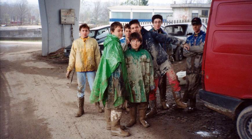 """Alluvione del 1994 - Una squadra di """"piccoli"""" spalatori"""