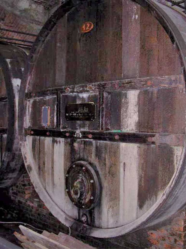 Botti della Marchesa - Fondo anteriore esterno prima della manutenzione (Barolo)
