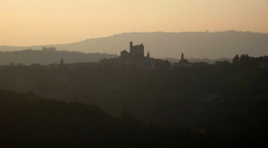 Serralunga d'Alba e il suo castello al tramonto