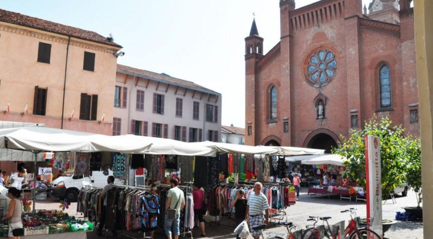 I banchi del mercato in Piazza del Duomo