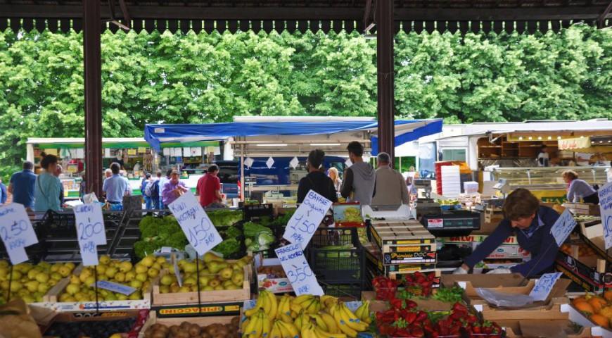 Il mercato di frutta e verdura sotto la tettoia in Piazza Garibaldi