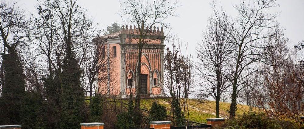 La cappella di San Pietro delle Viole, simbolo dell'azienda.