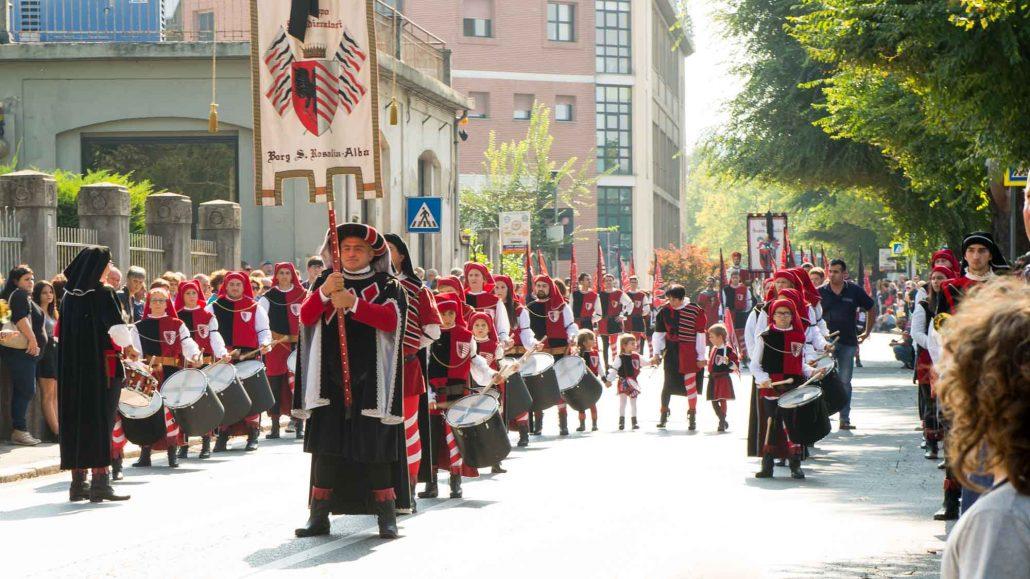 Il borgo di Santa Rosalia durante la sfilata medievale - Alba
